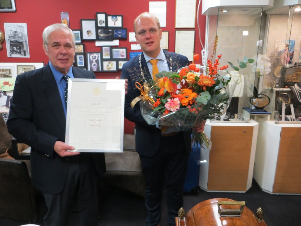 Ton Abbink heeft het predicaat hofleverancier van de burgemeester ontvangen. Foto: Bernhard Harfsterkamp   © Achterhoek Nieuws b.v.