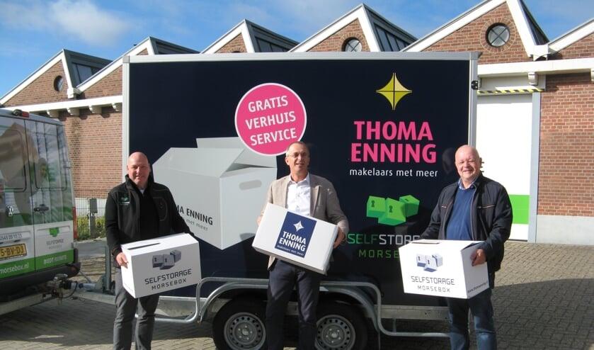Harry Huijskes, Tom Schreurs en Ronald Huijskes (van links naar rechts) voor de verhuisaanhangwagen van Thoma Enning, met op de achtergrond een deel van het gebouw van Morsebox. Foto: Bart Kraan