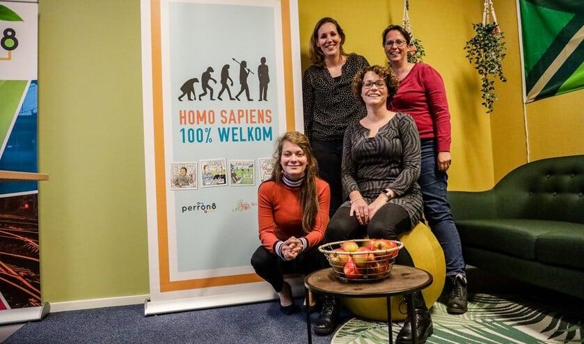 De coördinatoren van de Week van de Homo Sapiëns. Marloes van den Berg (linksonder), Anke te Selle (zittend), Janne Terhorst (linksboven) en Margriet van der Veer (rechtsboven).