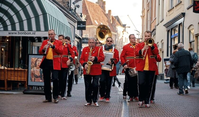 Streetparade-band: Red Jackets Jazzband. Foto: Gerard Kiezebrink
