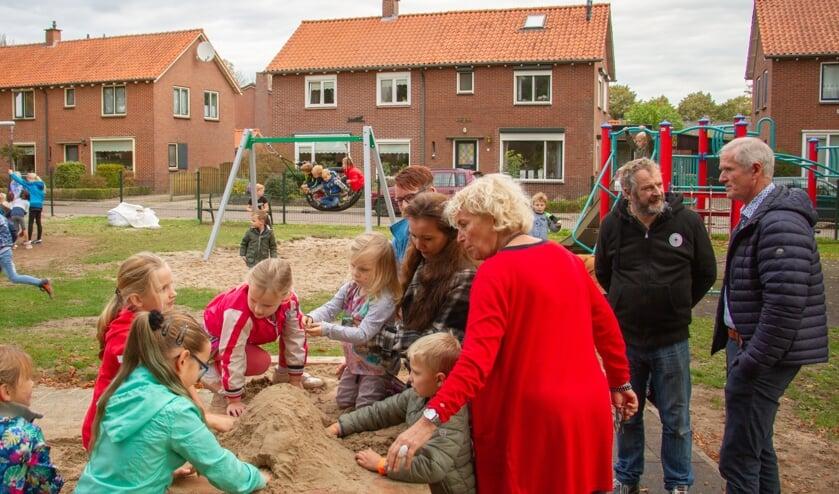 Kinderen spelen meteen aan de zandtafel en de korfschommel na een officieel momentje met (v.r.n.l.) Jan Ditzel, Arie Blom, Jeanne Wissink, Petra Blom en Elly Loskamp. Foto: Liesbeth Spaansen