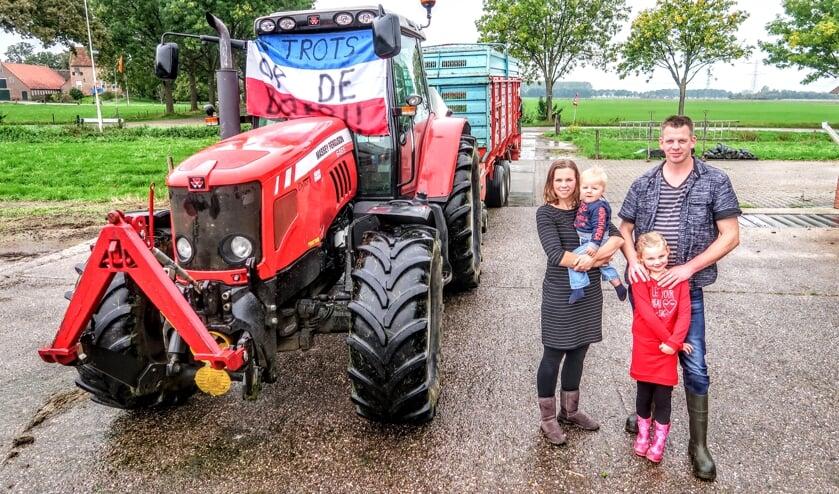 Het boerengezin Meulenbeek uit Vierakker: Jarno en Esther met hun kinderen Esmee (6) en Stijn (1). Foto: Luuk Stam