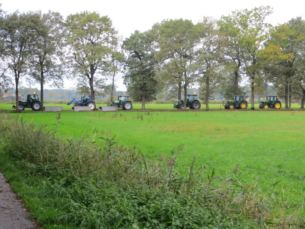 De boeren blokkeren een van de toegangswegen richting veen. Foto: Bernhard Harfsterkamp  © Achterhoek Nieuws b.v.