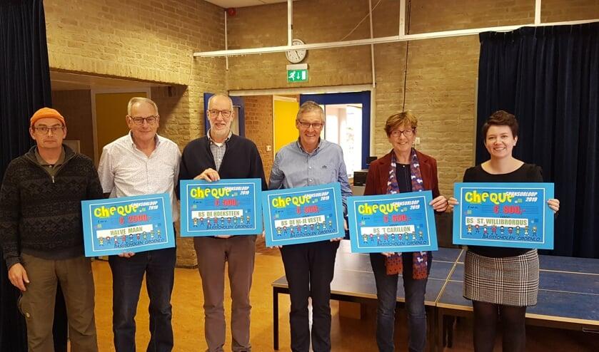 Stichting Dierenpark de Halve Maan en de directeuren van de organiserende scholen met hun cheque.