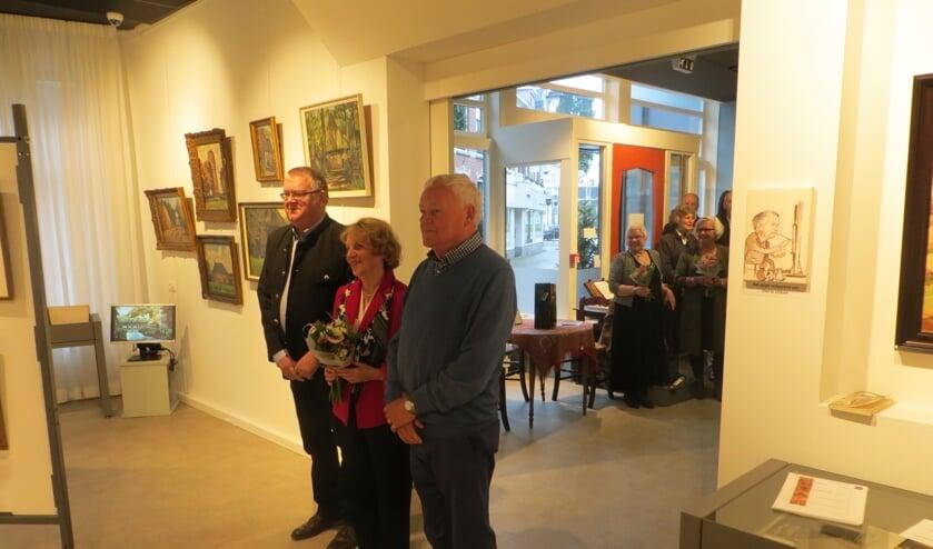Zoon, dochter en neef van Piet te Lintum hebben de tentoonstelling geopend. Foto: Bernhard Harfsterkamp