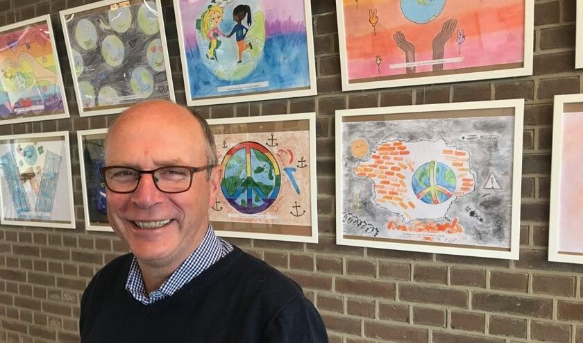 Wijnand Rigter bij de expositie van de posters. Foto: PR