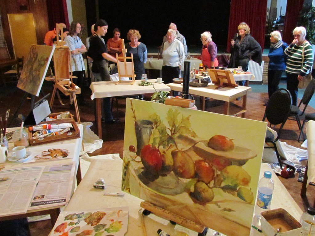 Irma Braat bespreekt met de deelnemers de werken aan het einde van de workshop schilderen. Foto: PR  © Achterhoek Nieuws b.v.