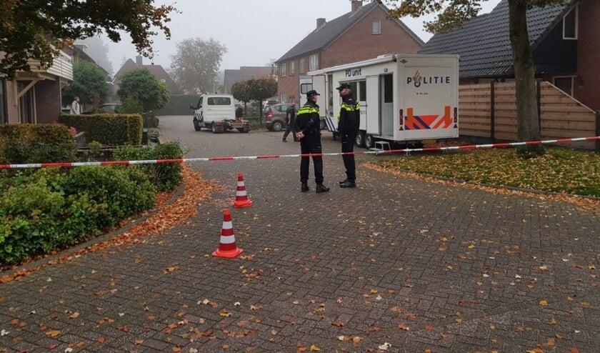 De politie doet onderzoek in de buurt waar de twee lichamen werden aangetroffen. Foto: News United / 112 Achterhoek-nieuws