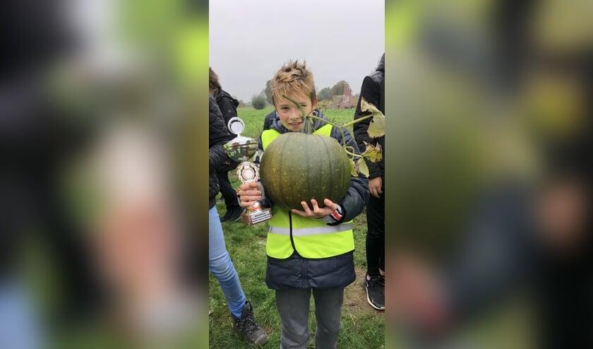 Guus van Beek wint met een pompoen van7,9 kilogram. Foto: Mieke Smit