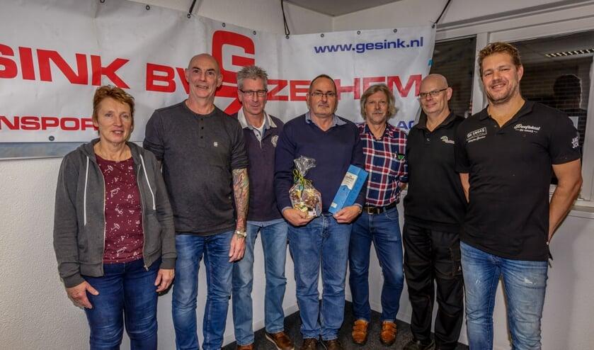 Cor Dales (m.) neemt afscheid van het bestuur van de Smoks Hanne Rit Zelhem. Foto: PR