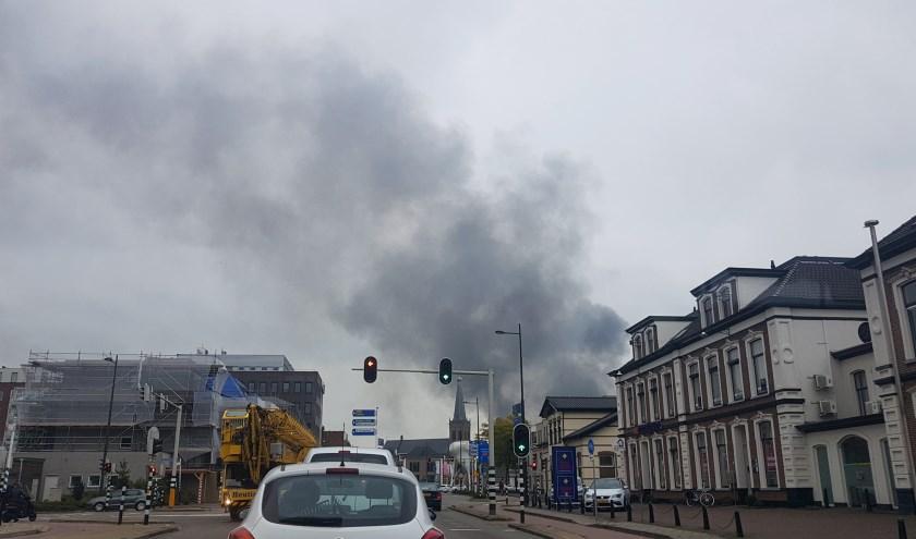 Ook vanaf de Keppelseweg is de grote rookpluim niet te missen. Foto: Burry van den Brink
