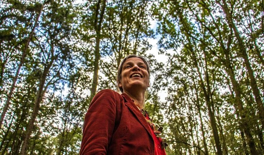 Dichter des Achterhoeks Helma Snelooper in het bos van Enghuizen in Hummelo. Foto: Liesbeth Spaansen