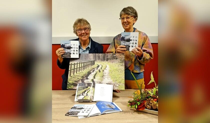 Joke Stomps (l) en Mariëtte van Lierop met hun nieuwe boek 'Verwondering'. Foto: PR