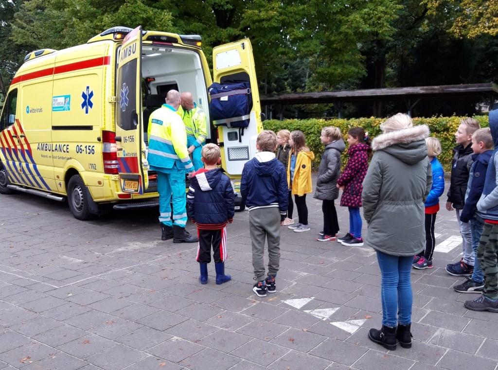 De leerlingen vonden het interessant om een kijkje te nemen in de ambulance. Foto: Sanne Floors  © Achterhoek Nieuws b.v.