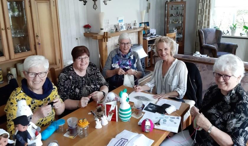 Enkele 'creatieve leu' uit Beltrum bezig met hun hobby's. Foto: PR