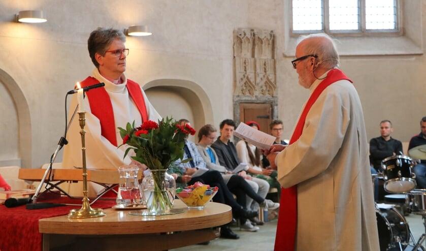 Domina Wilfrieda Stam wordt benoemd als nieuwe predikant van de Lambertikerk door dominee Joop Jansen Schoonhoven. Foto: Gerrit Wesselink