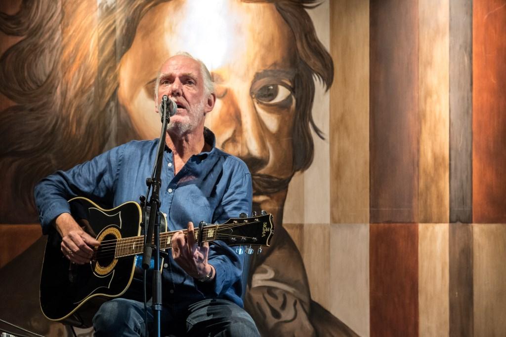 Dick Altena brengt eigen liedjes. Foto: Janette van Egten Foto: Janette van Egten © Achterhoek Nieuws b.v.