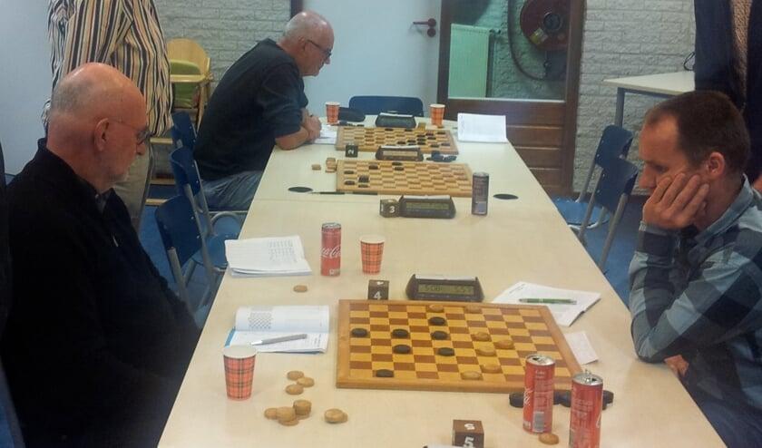 Jan en Wim links op zoek naar het winnende punt. Foto: PR