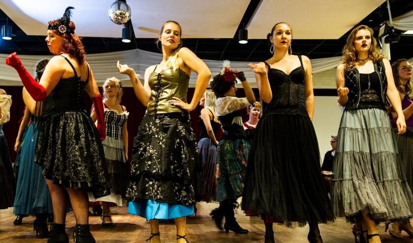 Het WMT zet van 21 t/m 24 november Theater De Storm in vuur en vlam met de zinderende musical Club Moulin. Foto: Sanne Wevers