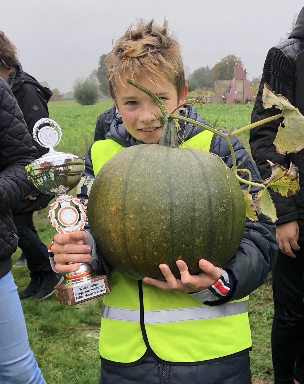 Guus van Beek wint met een pompoen van7,9 kilogram. Foto: Mieke Smit  © Achterhoek Nieuws b.v.