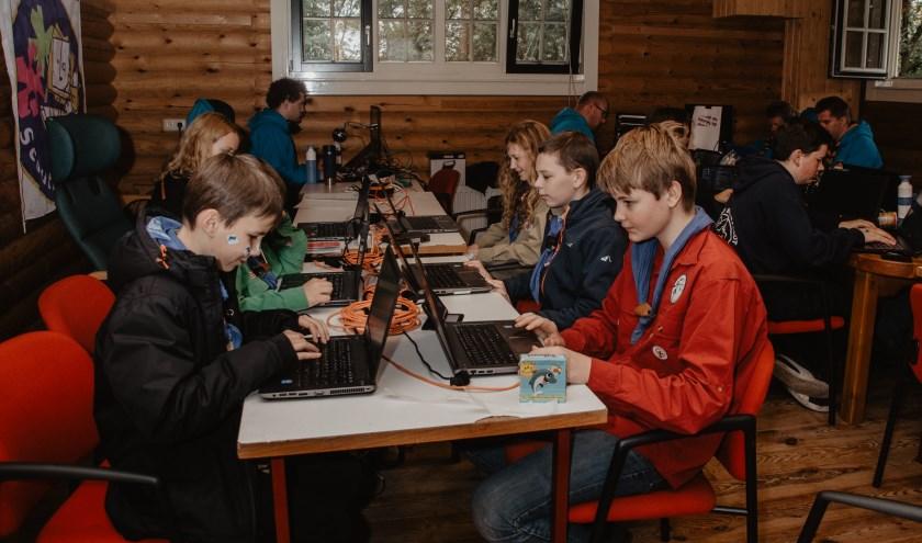 De scouts bezig met leggen van contacten. Foto: Seraja Bomers