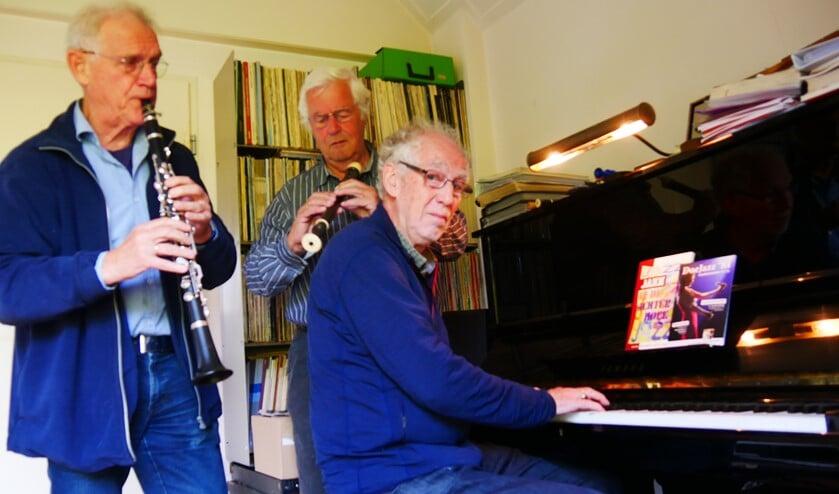 Peter van den Bremen, Henny Dokter en Karel Giltay verbroederd door muziek en klaar om er zondagmiddag een geweldig feest van te maken in Hotel-Bistro De Kruisberg. Foto: Pauline Redlich