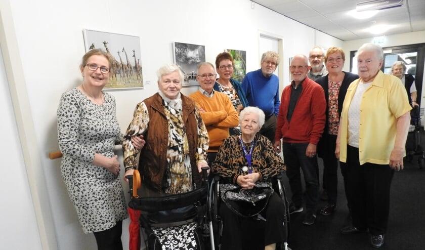 Leden van het EFG en bewoners van De Meergaarden bij de expositie. Foto: PR