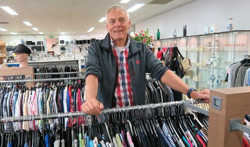 Voorzitter Jan Pape van de Vincentiusvereniging Groenlo in de winkel aan de Oranjestraat. Foto: Theo Huijskes