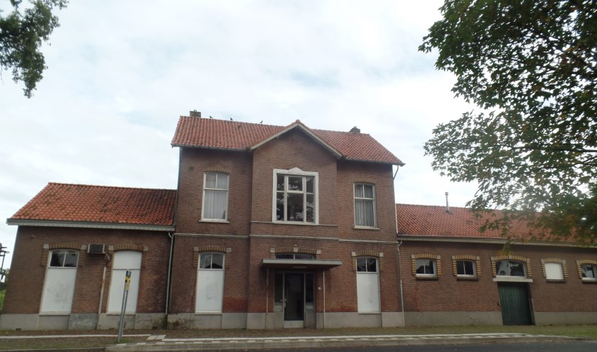 Het voormalige stationsgebouw staat al bijna twaalf jaar leeg. Foto: Jan Hendriksen.