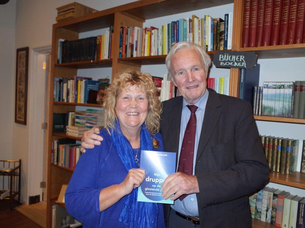 Coby Goederond overhandigde haar boek aan Jan Terlouw. Foto: Ab Wisselink  © Achterhoek Nieuws b.v.
