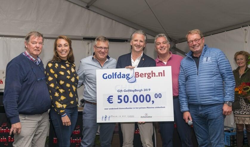 Professor dr. Leendert Looijenga (m.) heeft zojuist uit handen van Theo Mijnen (r.) de cheque in ontvangst mogen nemen. Foto: Robin Sommers