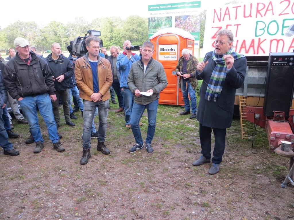 Gedeputeerde Peter Drenth spreekt de boeren toe. Naast hem Henk Hoenink en Alfred Scholten. Foto: Bernhard Harfsterkamp  © Achterhoek Nieuws b.v.