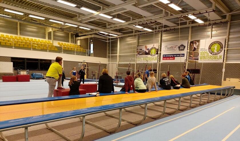 turntrainers en trainsters volgen bijscholing turnen dames in turnhal. Foto PR Penta Winterswijk