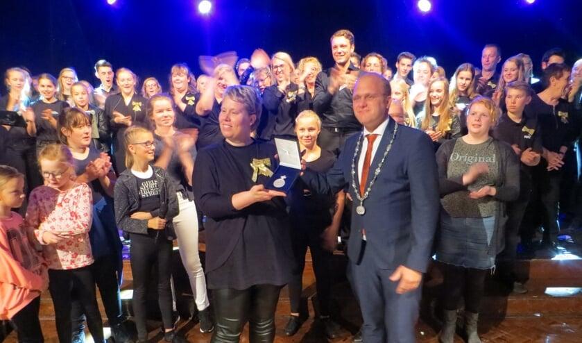 Burgemeester heeft de Koninklijke erepenning overhandigd aan voorzitter Hengeveld. Foto: Bernhard Harfsterkamp