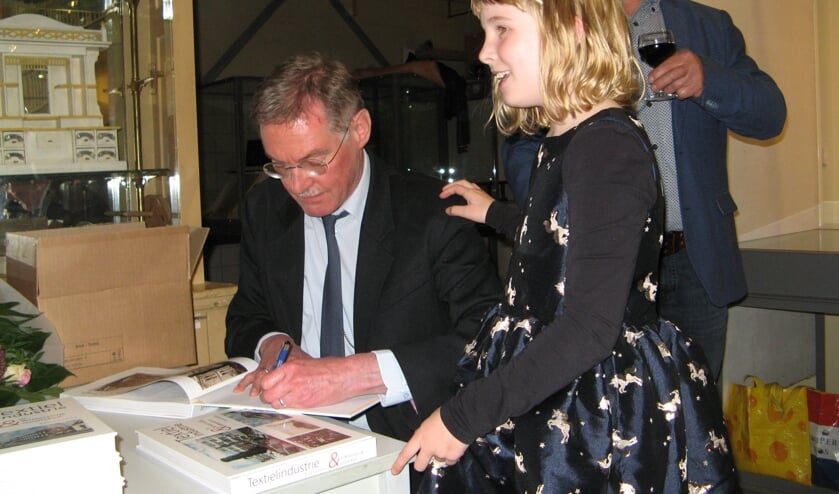Arjan Ligtenbarg signeert het boek. Foto: Bart Kraan
