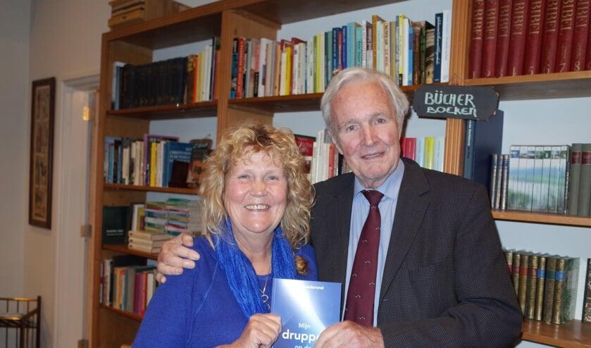 Coby Goederond overhandigde haar boek aan Jan Terlouw. Foto: Ab Wisselink
