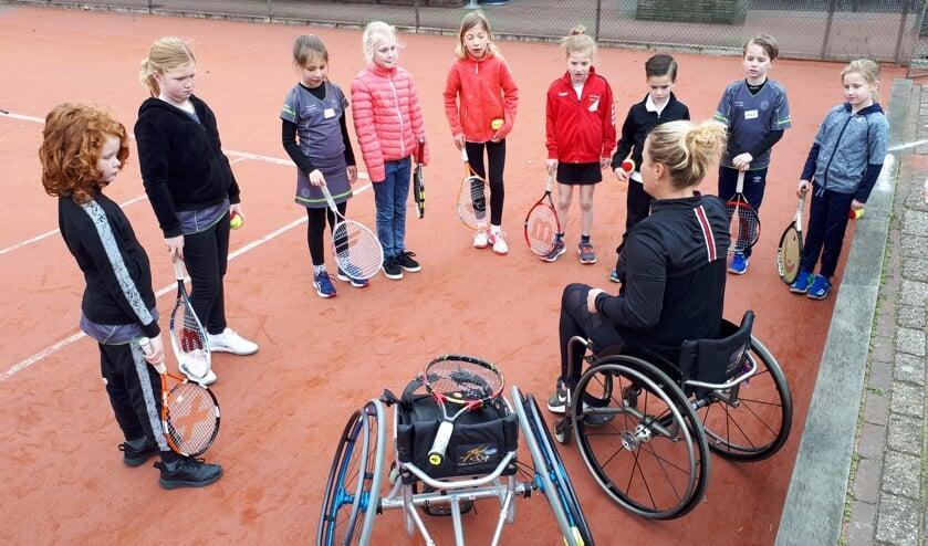 Kinderen luisteren aandachtig naar de uitleg van Aniek. Foto Sonja Arentsen