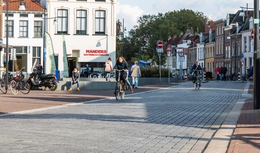 De Overwelving, met links de natuurstenen rand die voor veel fietsongelukken zorgt. Foto: Henk Derksen