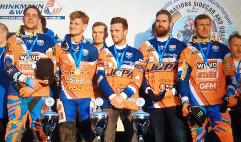 De Europese kampioenen op het podium in Schwedt. Links Etienne Bax, tweede van links Koen Hermans, tweede van rechts Gert van Werven. Foto Rik Claeys