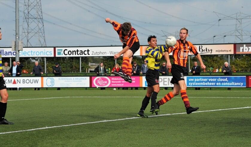 Joost van Vliet van FC Zutphen scoort hier een doelpunt met een kopbal. Foto: Hans ten Brinke