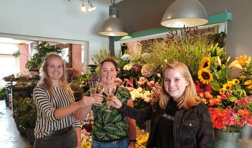 Eigenaresse Monique Norde (midden) proost samen haar medewerkers Tessa Vink (links) en Joyce Oonk (stagiaire). Foto: PR