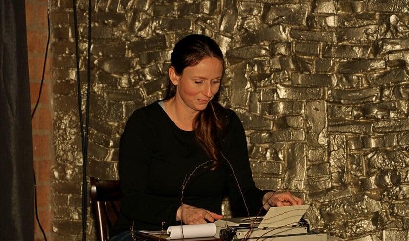 Eva Schuurman tikte tijdens de Flopbiebavond ter plekke gedichtjes op haar typemachientje. Foto: Liesbeth Spaansen