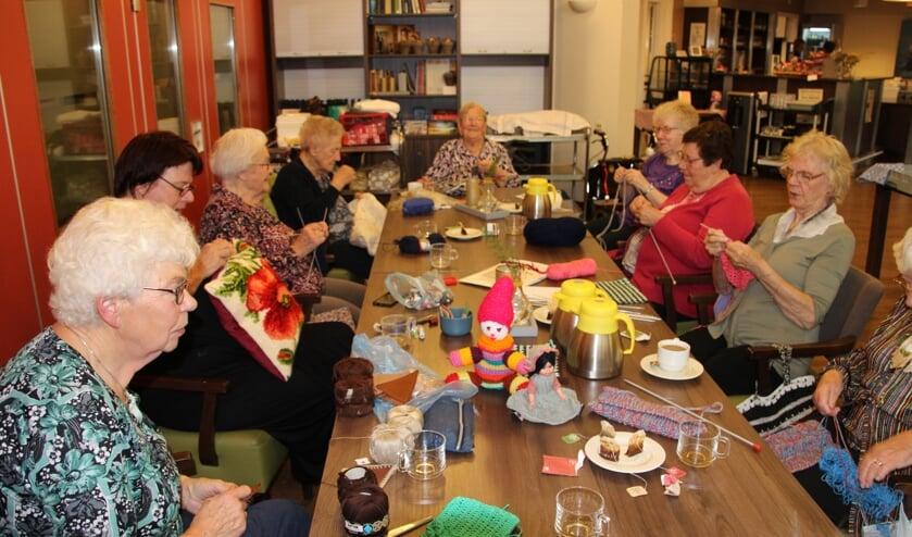 De handwerkgroep bijeen in Dr Jenny. Foto: Lydia ter Welle