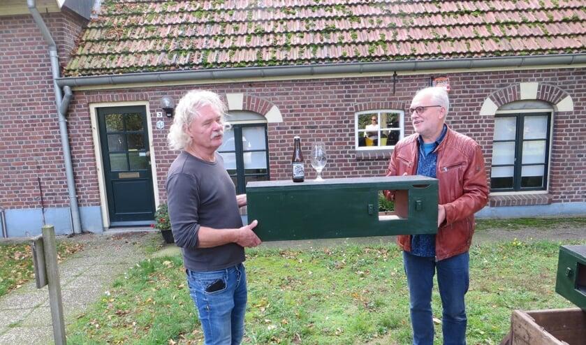 Voorzitter Adema van de Erfgoed Klussenbrigade overhandigt nestkast aan Ronald van Harxen. Foto: Bernhard Harfsterkamp