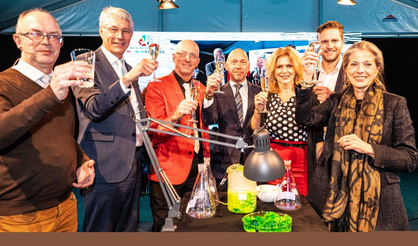 Groepsfoto v.l.n.r. Stephen Picken (TU Delft), Hein Pieper (Waterschap Rijn en IJssel), Mark van Loosdrecht (TU Delft), René Noppeney (RHDHV), Cora Uijterlinde (STOWA), Niels van Stralen (ChainCraft) en Tanja Klip (Vallei en Veluwe). Foto: Ivo Hutten
