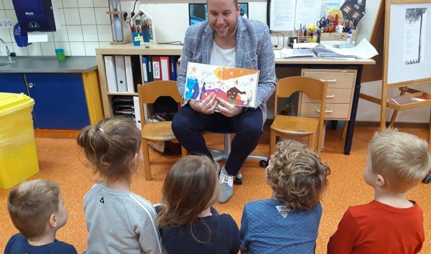 Meester Gijs van Dongeren leest de leerlingen voor uit 'Koning en koning'. Foto: Sint Joris