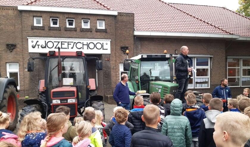Pascal Klein Holkenborg vertelt de kinderen over de boerenactie. Foto: eigen foto