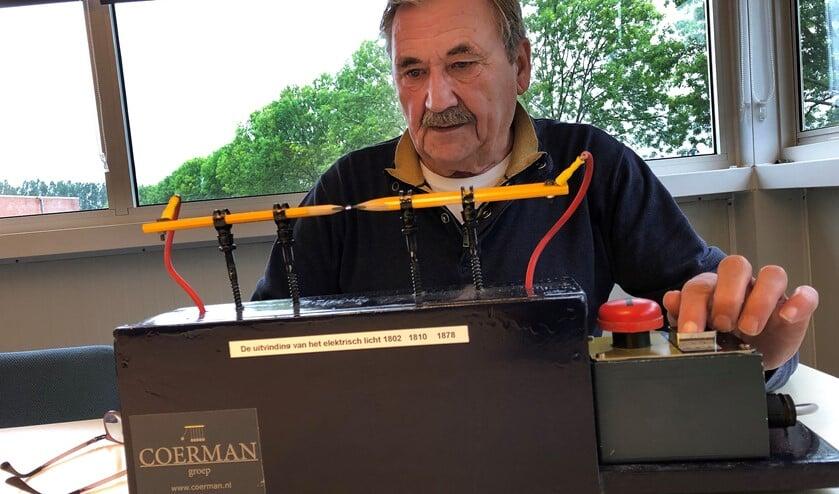 Joop Coerman demonstreert met dit apparaat de werking van de Davy Lamp. Foto: Miriam Szalata