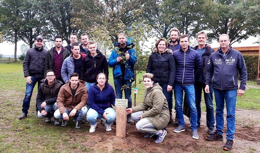 Het Oranje Comité Vierakker Wichmond en Stichting Stugge Veer Cross plantten een appelboom aan de Lindeselaak. Foto: Lucia Stokkink