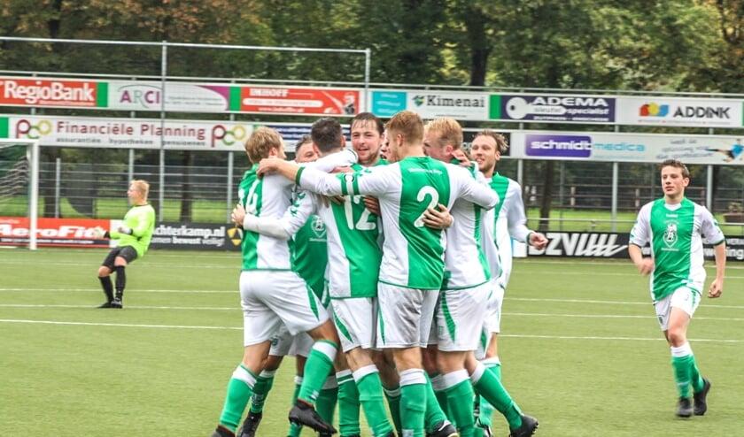 Warnsveldse Boys viert de winst op KCVO uit Vaassen. Foto: Suzanne Halfmouw